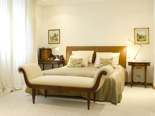 quarto branco com revestimento de piso acarpetado