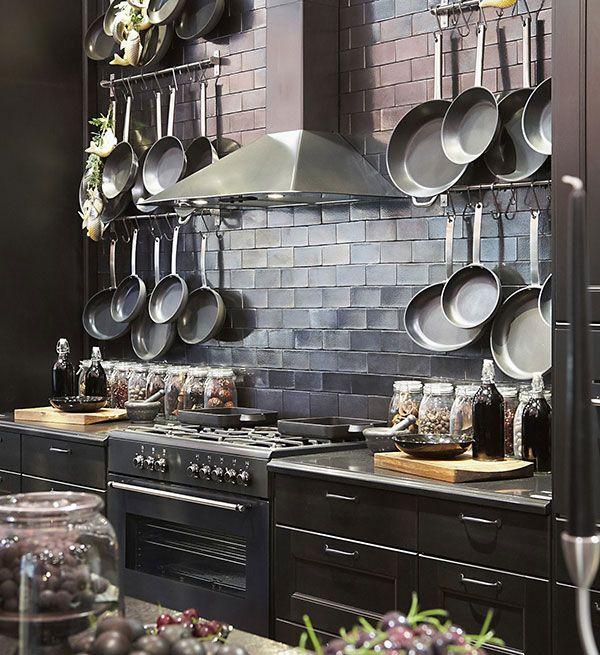 bancada de cozinha com utensílios de pendurar