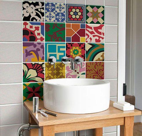 Decoração de lavabos usando e abusando das cerâmicas de diversas cores.