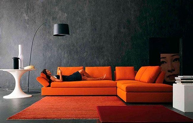 Decoração de sala de estar em laranja e preto