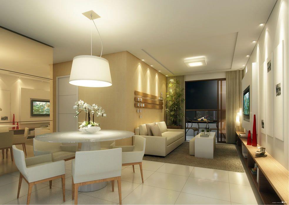 Lustre pendente cria uma iluminação direcionada diretamente para a mesa de jantar, e spots criam uma cortina de luz sobre a parede da sala de TV
