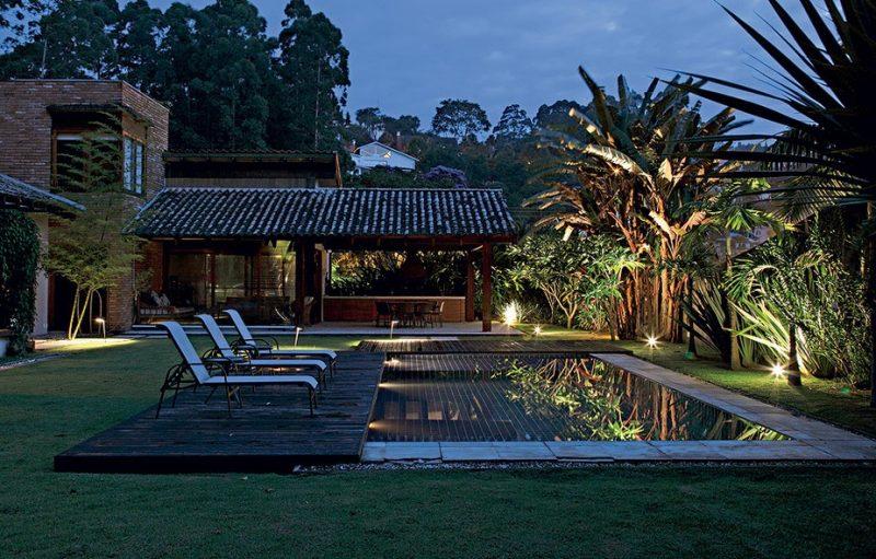 Iluminação de jardim residencial com palmeiras