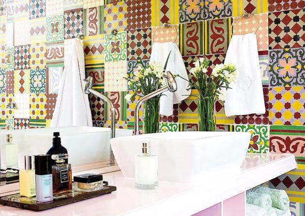 Cozinha moderna com parede revestida de adesivos que imitam as antigas cerâmicas