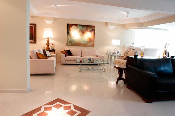 Revestimento de porcelanato polido em piso de sala de estar