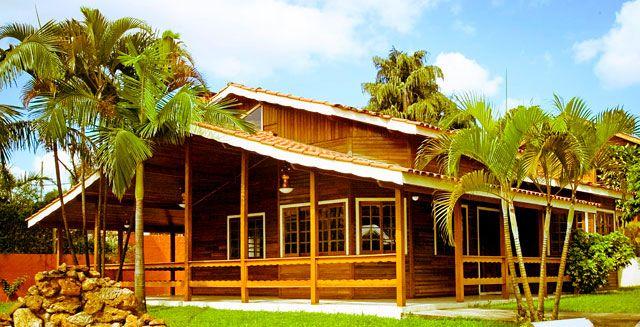 Casa ampla de madeira em projeto de chalé de madeira contrmporâneo