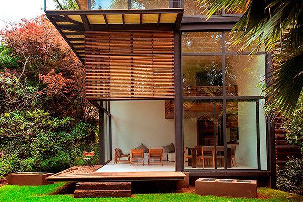 Casa contemporânea de madeira com vidro