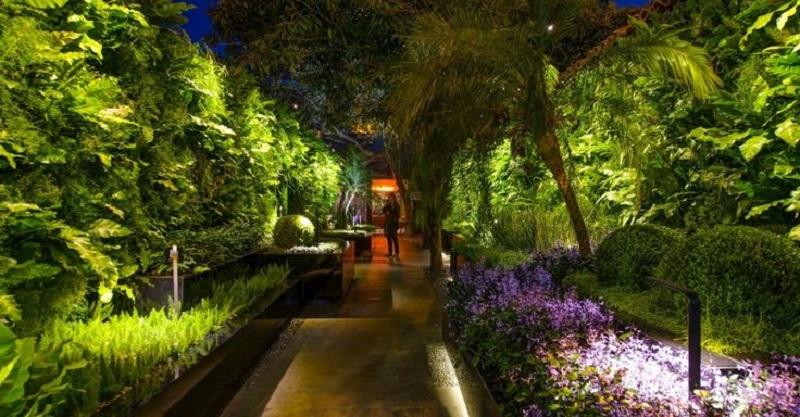 iluminação de Jardin - Refletores devem sempre ficarem ocultos para evitar o ofuscamento do usuário na iluminação do jardim