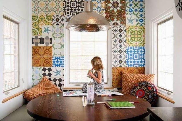 Parede de sala de estudo decorada com estampas de azulejos antigos