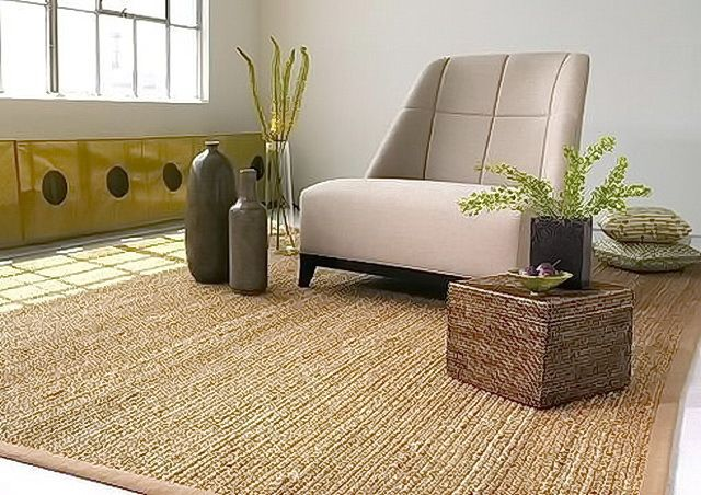 Tapete de fibra vegetal usado sobre o piso de sala de estar