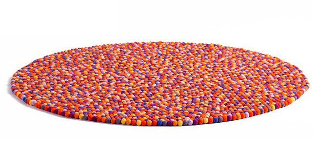 tapete de bolinhas de lã coloridas