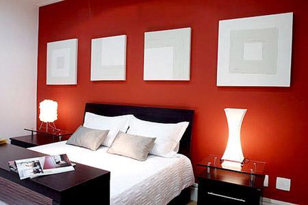 Parede da cabeceira de quarto de casal em vermelho intenso