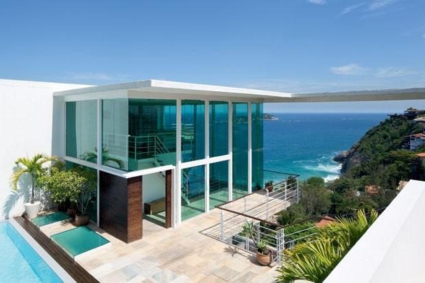 Casa no litoral no alto de colina com vista para o mar