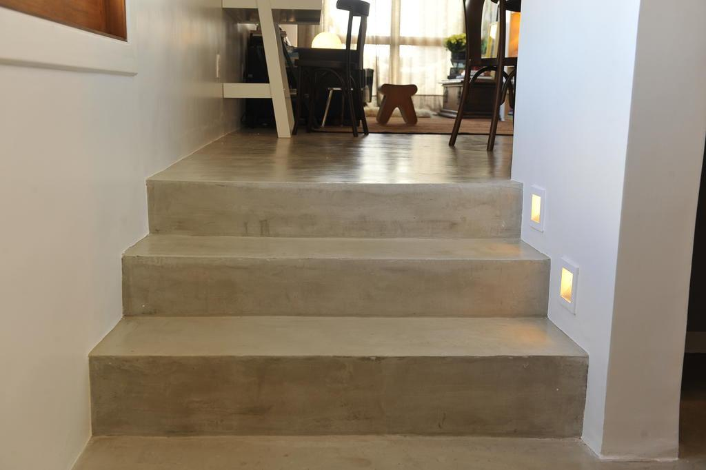 Piso e escada residenciais revestidos com tecnocimento