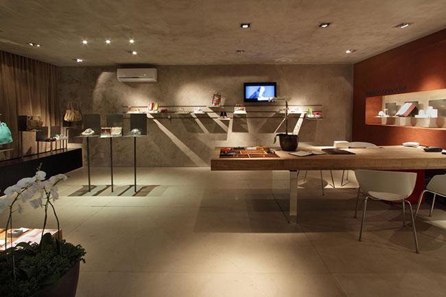 Ambiente de estar com paredes piso e foro revestidos com o cimento tecnológico