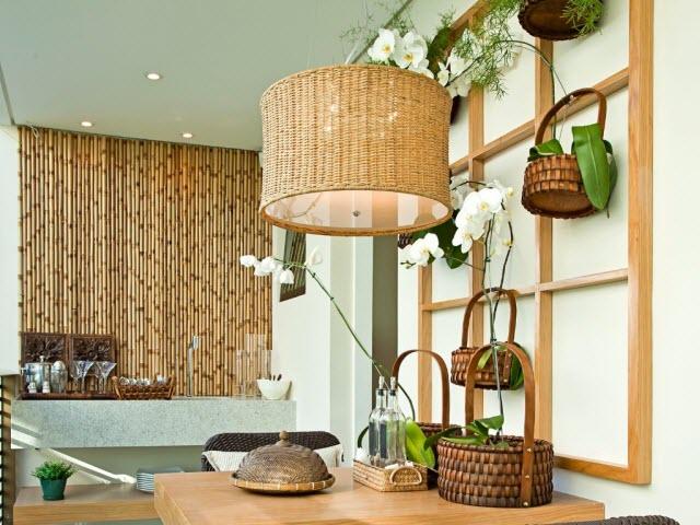 Luminária e parede ao fundo em bibra e bambu compões muito bem o ambiente decorado