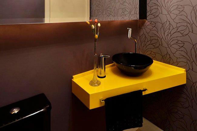 Decoração simples de banheiro usando cores fortes e com alto contraste
