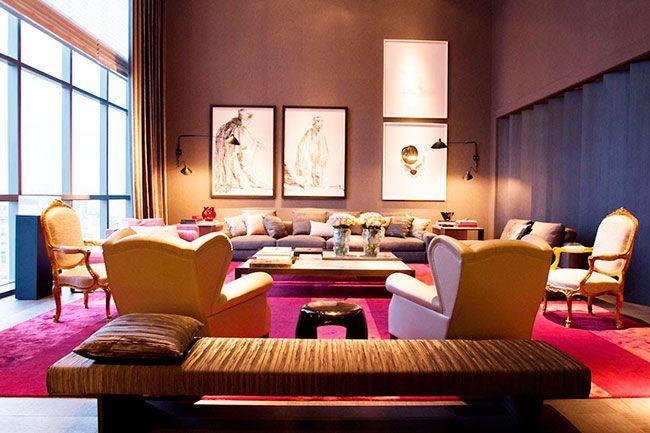 Decoração de ambiente interno de sala de estar com tons de marsala e rosa