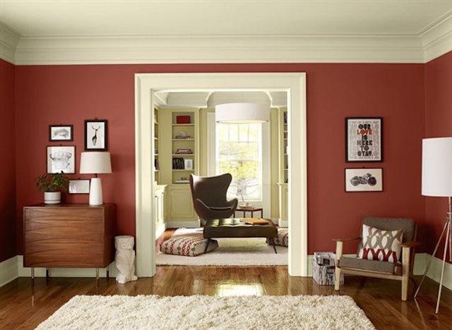 Sala de estar revestida com paredes marsala