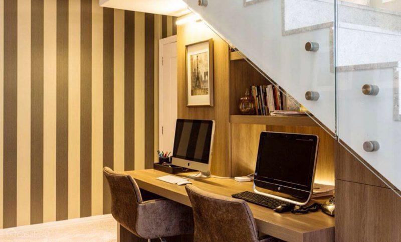 Home Office montado sob a escada