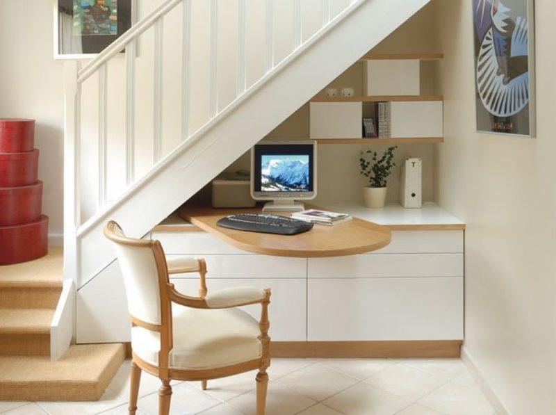 Home office pequeno e funcional embaixo da escada