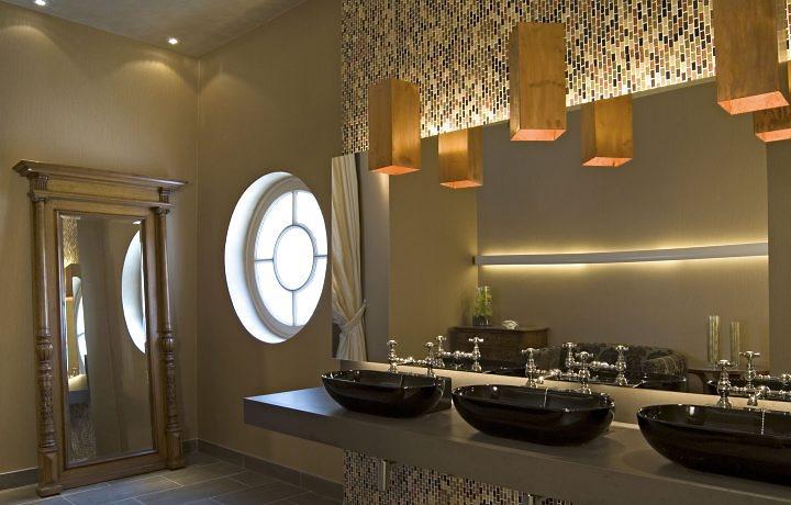 Banheiro decorado com esquadria de janela redonda