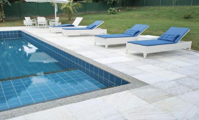 Lajotas de pedra São Thomé na piscina
