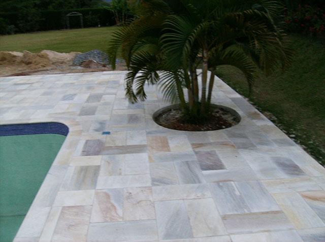 Pedra São Thomé usada para o revestimento de borda de piscina
