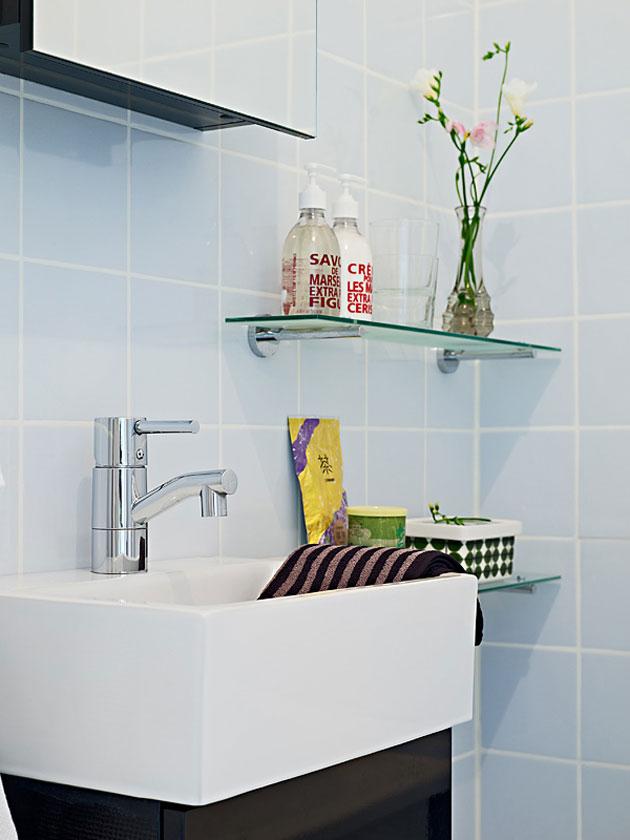 Prateleiras de vidro na decoração de banheiro simples