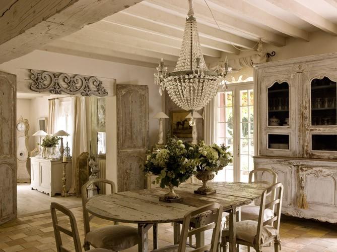 Mescla do estilo provençal e acabamento rústico fazem as vezes nesse modelo de cozinha