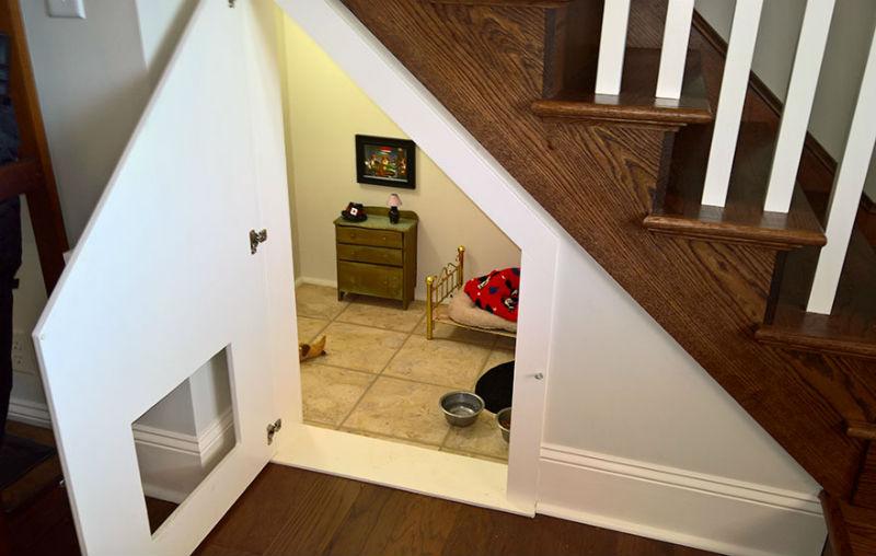 Quarto para cães embaixo do lance de escadas