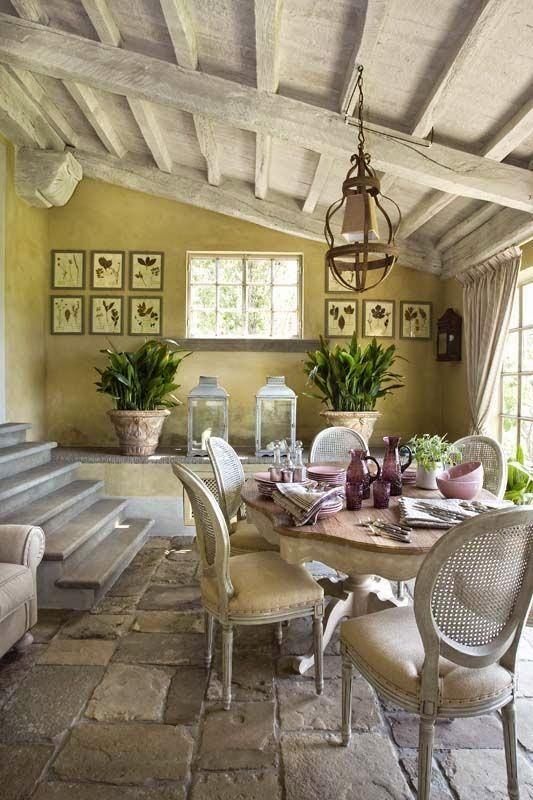 Varanda provençal decorada com mobiliário característico