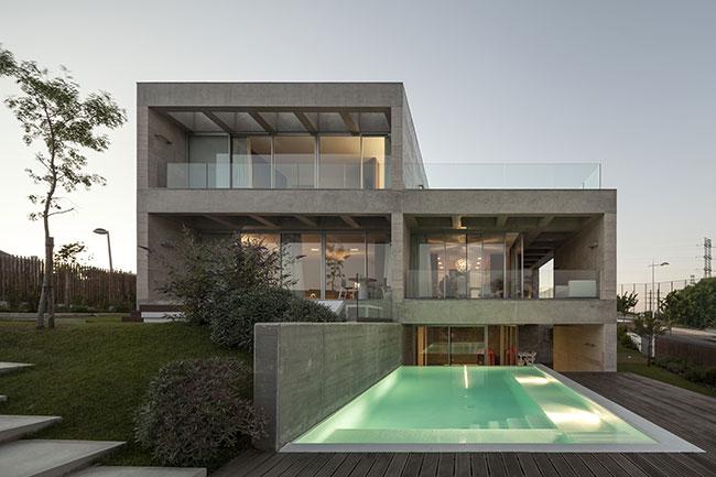 Fachada de casa contemporânea feita com concreto aparente
