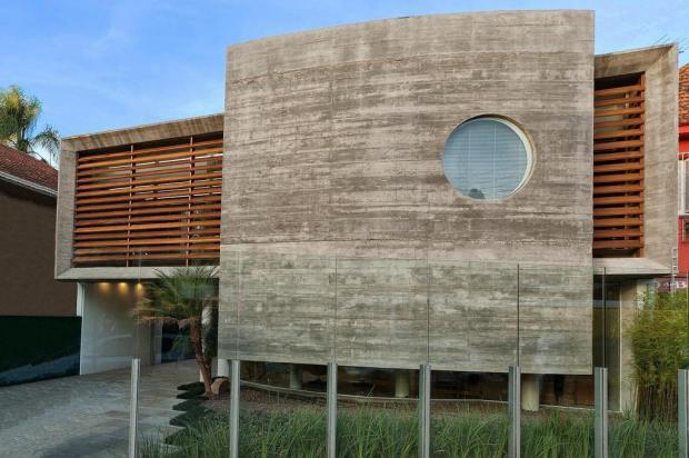 Esquadrias redondas em fachada de concreto moderna