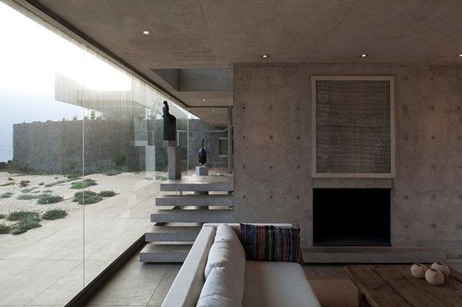 Parede de sala de estar com escada de concreto aparente