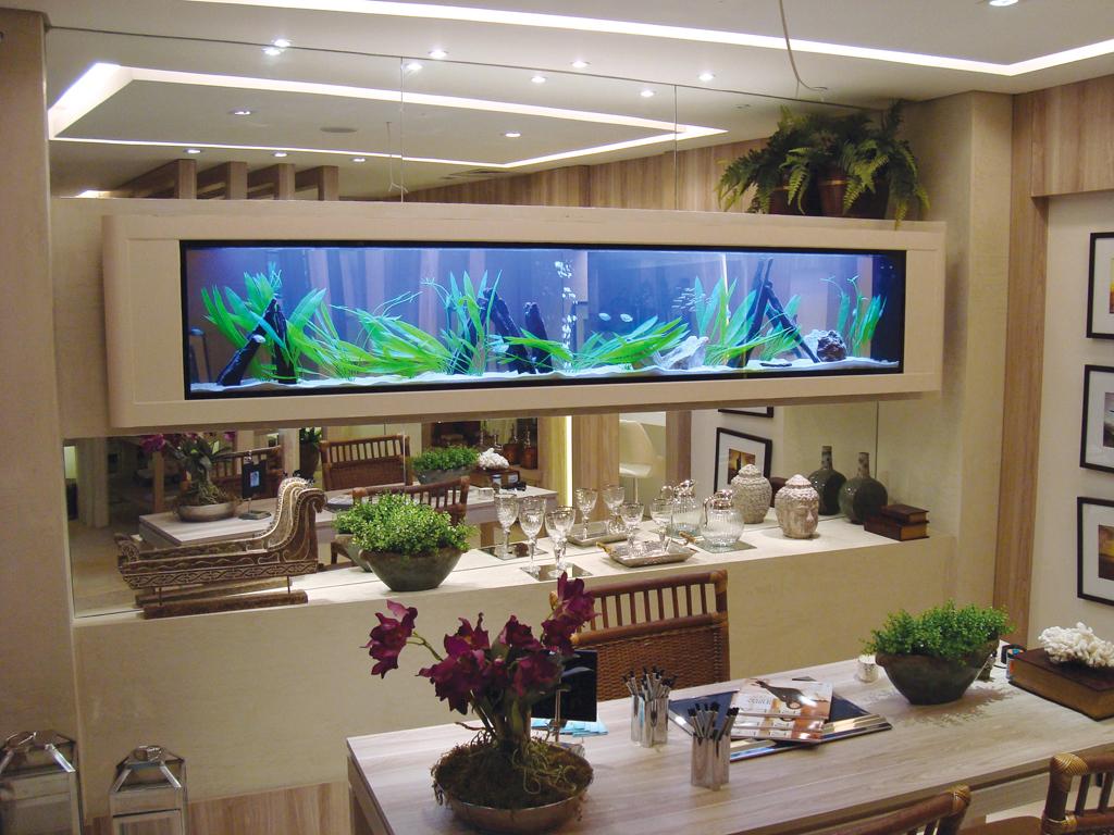 aparador suspenso com aquário na sala de estar
