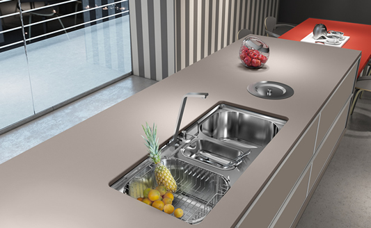 Bancada de cozinha simples com lixeira de embutir