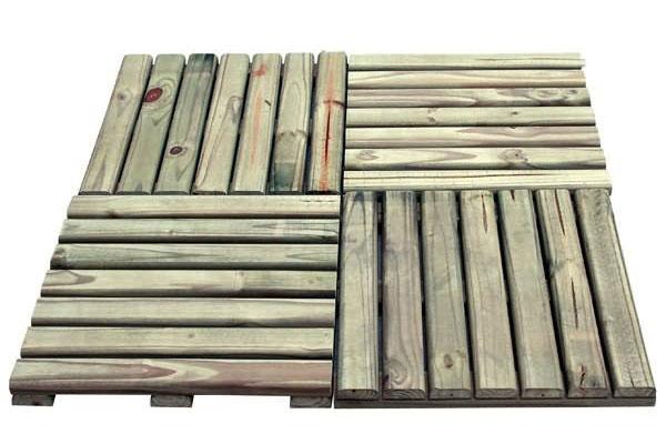 Módulo de deck de madeira em madeira autoclavada. A coloração verde é caracteística desse tipo de tratamento para madeira