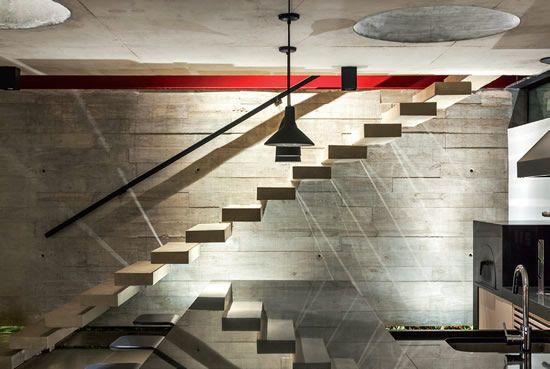 Escada em peças de concreto aparente engastadas na parede
