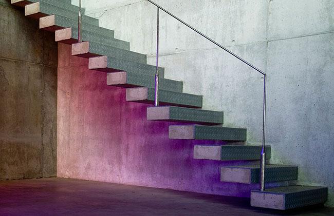 Modelo simples e contemporâneo de escada de concreto aparente