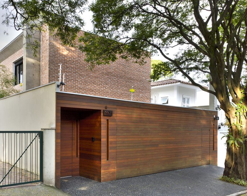 Portão basculante de madeira envernizado