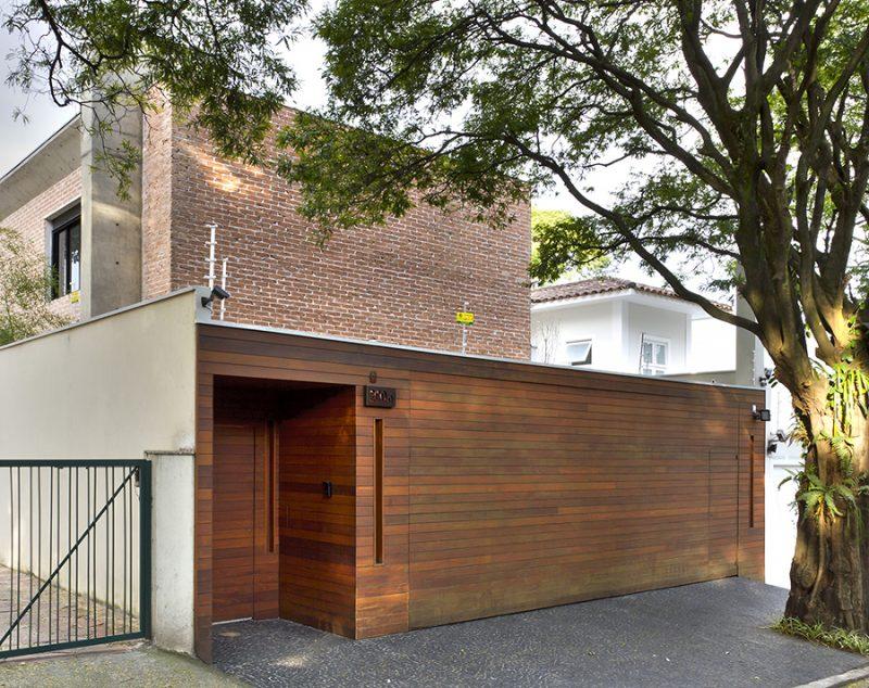 Portão de madeira para garagem de 2 carros