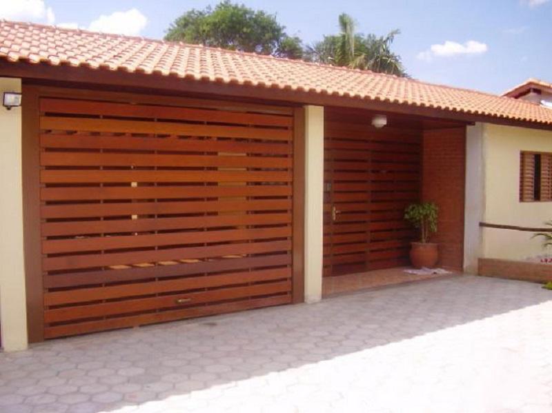 Portão de madeira para garagem vazado