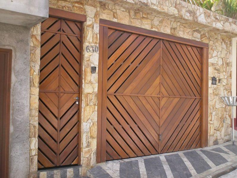 Porta e portão externos de madeira envernizados