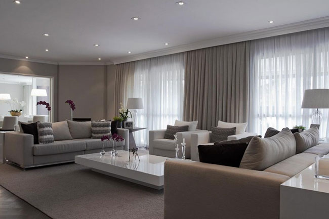 Sala de estar bege e cinza