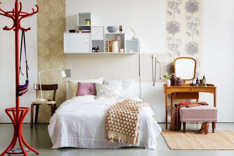 Decoração de quarto de casal com cabideiro de chão vermelho