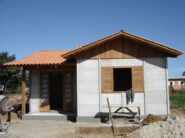 Casa pré-moldada com placas de concreto em fase de acabamento