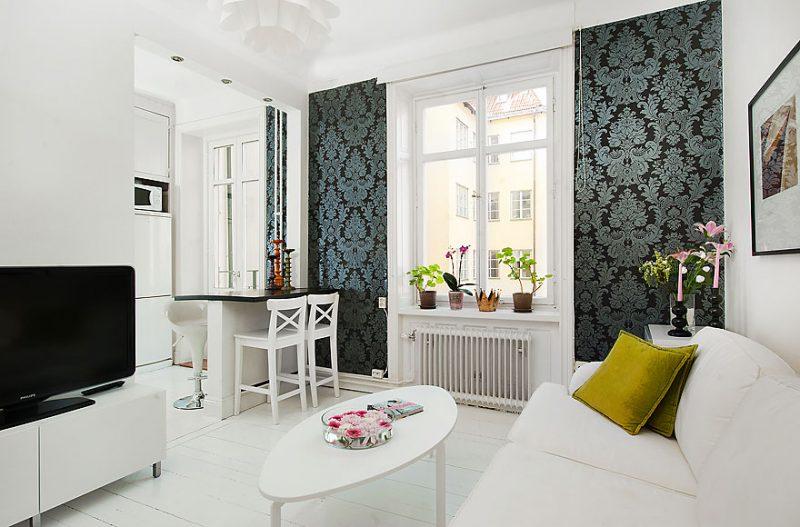Sala de estar com elementos em arabesco decorativos na parede