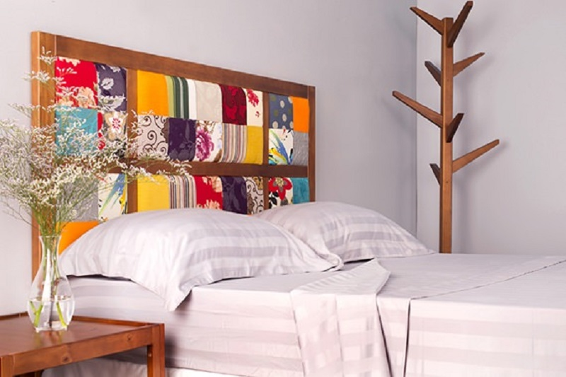 cabideiro de madeira compondo a decoração do quarto