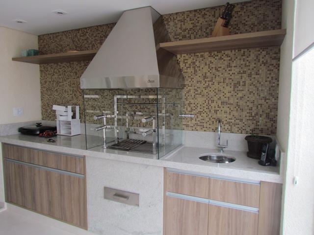 Churrasqueira de vidro em bancada de espaço gourmet