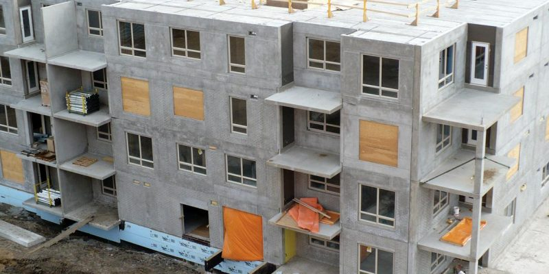 Conjunto habitacional em altura com parede de concreto